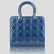 Квадратная синяя лаковая сумка с ромбами.